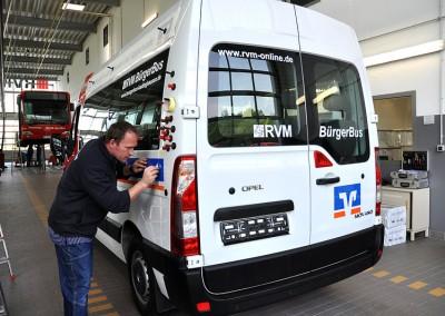 Der Bürgerbus trifft am 14.5.2012 ein und wird mit Werbung versehen