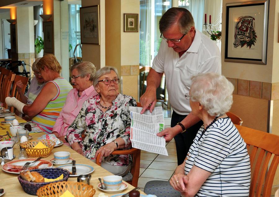 Informationen zum neuen Fahrplan erhielten die Senioren der Wohnanlage Disselhook aus erster Hand.